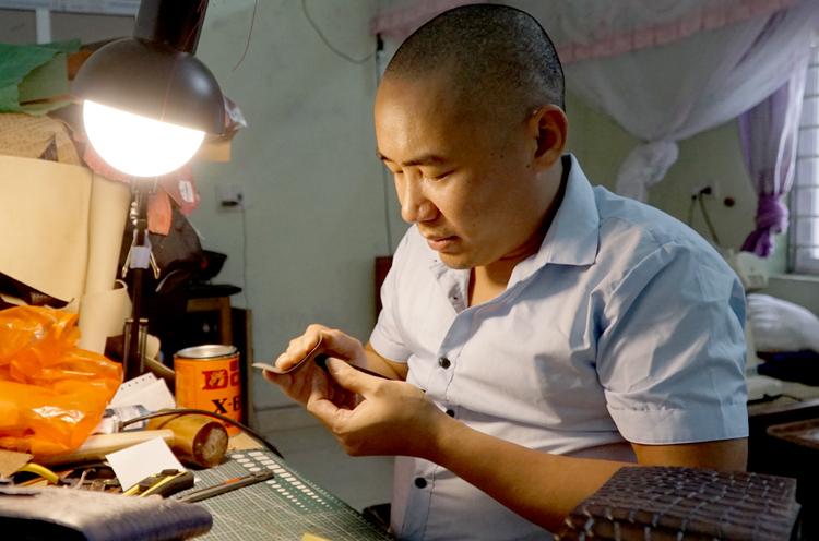 Cửa hàng đồ da thủ công của Hảo được mẹ Thương đầu tư 50 triệu đồng, hoạt động hơn một năm nay. Ảnh: Trọng Nghĩa.
