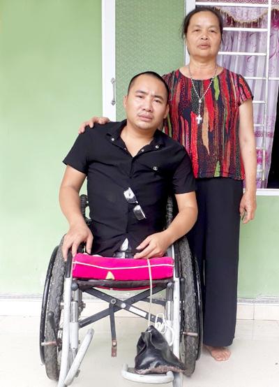 Bà Thương tìm thấy Hảo khi cậu đang muốn kết thúc cuộc đời và đã chăm sóc cho cậuhơn 7 năm qua. Ảnh: Diệu Nhi.