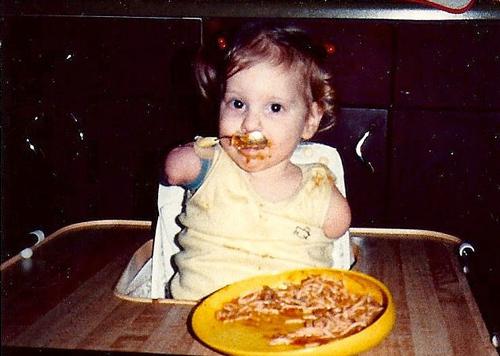 Từ khi còn nhỏ, Amy đã là một cô bé rất tự lập, tự ăn uống, leo trèo cầu thang... không cần người giúp đỡ. Ảnh: The Mirror.