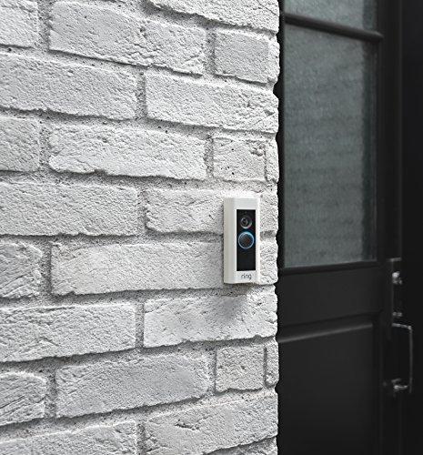 Chuông cửa thông minh Ring Video Doorbell kết nối với trợ lý ảo Alexa gửi thông báo ngay khi phát hiện chuyển động hoặc khách nhấn chuông.