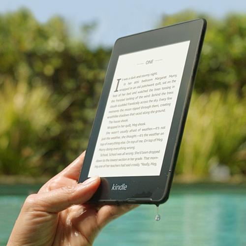 Máy đọc sách điện tử Kindle Paperwhite có khả năng chống lóa, giúp bạn đọc sách cả trong nhà lẫn ngoài trời nắng. Ảnh: The Verge.