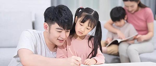Sự mẫu mực của người cha quyết định tầm nhìn dài hạn và thành bại của một gia đình. Ảnh: Weibo.