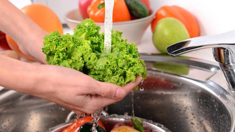 Rửa rau dưới vòi nước chảy là cách loại bỏ chất độc hại còn lưu lại. Ảnh: Dailymail