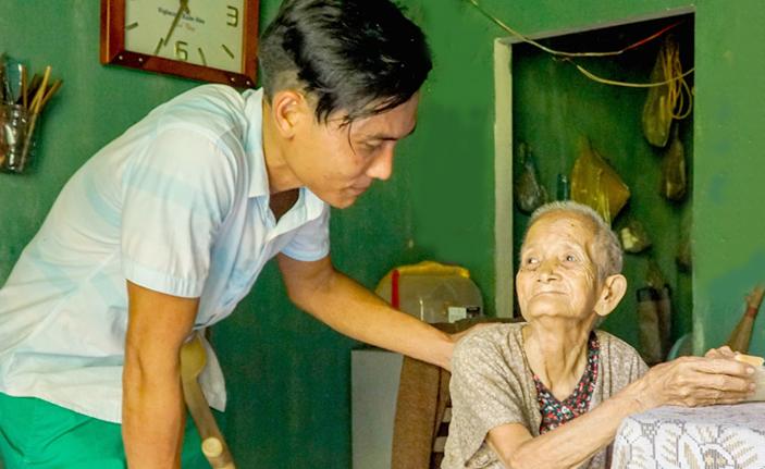 Gần đây, ngày nào Phi cũng cố gắng qua thăm bà cụ Bầy, sống một mình, ở cách nhà vài km để cụ đỡ buồn, mua đồ ăn và dọn nhà giúp cụ. Ảnh: Trọng Nghĩa.