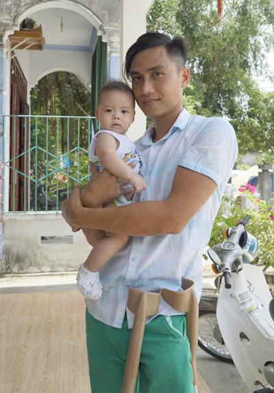 Phi bên con út trong tổ ấm vớivợ là một hướng dẫn viên du lịch cùng hai đứa con. Ảnh: Trọng Nghĩa.