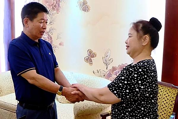 Ông Huang xúc động khi người phụ nữ nghèo không quên trả nợ sau 28 năm. Ảnh: Xuehua.