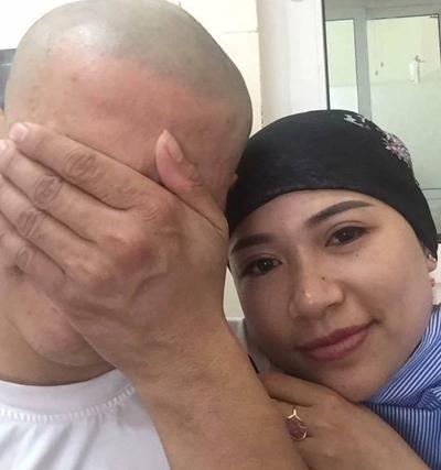 Quân cạo đầu để tiếp sức cho vợ chiến đấu với ung thư, tháng 9/2017. Ảnh: H. A.