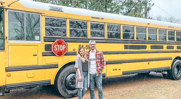 Đôi vợ chồng mua chiếc xe bus cũ màu vàng và cải tạo thành màu trắng. Ảnh: The Sun.