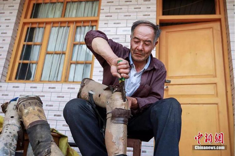 Chiếc chân giả từ năm 1990 vẫn được ông Yongpingsửa chữa dùng lại. Ảnh: China News.