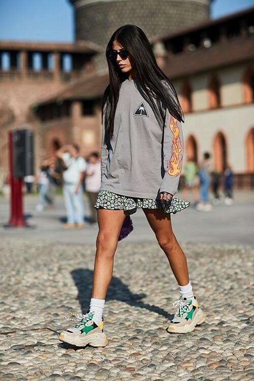 Váy ngắn, quần short: Đây là những trang phục dễ dàng kết hợp với nhiều kiểu giày khác nhau, đặc biệt là những đôi giày thể thao. Bạn có thể chọn một bộ chiếc váy denim cùng áo có thiết kế đơn giản kết hợp với đôi giày và các phụ kiện đa sắc để tạo điểm nhấn.