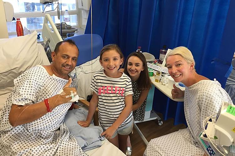 Dan Pyatt cùng vợ và hai con gái trên giường bệnh sau ca ghép thận tháng 8/2018. Ảnh: Mirror.