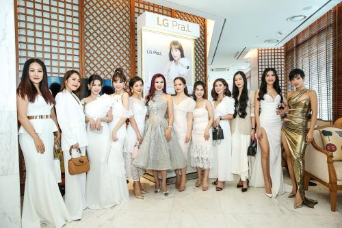 Hoạt động trong lĩnh vực nghệ thuật, sao nữ Việt luôn chú trọng đến việc chăm sóc và duy trì làn da trẻ trung, bóng đẹp. Bên cạnh việc sử dụng mỹ phẩm chăm sóc da, chị em kết hợp sử dụng cùng bộ sản phẩm LG Pra.L trong chu trình dưỡng da hàng ngày để đạt hiệu quả tối đa.