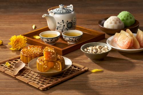 Bánh nướng, bánh dẻo là thức quà không thể thiếu trong ngày hội trăng.