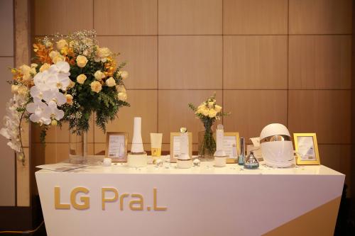 Vừa qua, trong buổi ra mắt bộ sản phẩm làm đẹp LG Pra.L tại Lotte, Hà Nội, dàn sao Việt háo hức trải nghiệm các thiết bị làm đẹp. Bộ sản phẩm gồm 4 thiết bị: máy rửa mặt Dual Cleanser, máy đẩy dưỡng chất I-on Galvanic, máy nâng cơ toàn diện Total Lift Up và mặt nạ Derma LED. Các sản phẩm ứng dụng công nghệ tiên tiến, giúp tái tạo làn da tươi trẻ, có thể mang đến những thay đổi tích cực  sau 2 tuần sử dụng.