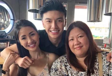 Chàng trai gốc Việt 22 tuổi cho biết mẹ anh (trái) trẻ trung là nhờ nguồn gốc châu Á.