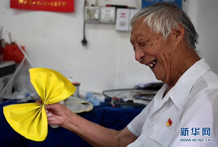 Học phí từ lớp học của ông Ye đôi khi chỉ là nụ cười của con trẻ hay những món đồ trang trí được gấp từ giấy màu. Ảnh: Xinhua.