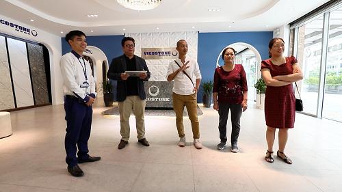 Nhiếp ảnh gia Na Sơn cùng gia đình chị Diệu Thảo chọn mặt bàn bếp đá tại Showroom đá Vicostone.