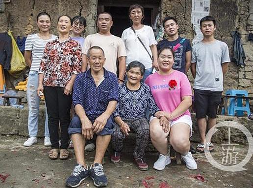 Các tình nguyện viên tổ chức tìm kiếm người thân vàhàng xóm chia vui với ngày Lanlan đoàn tụ với bố mẹ. Ảnh: Chinanews.