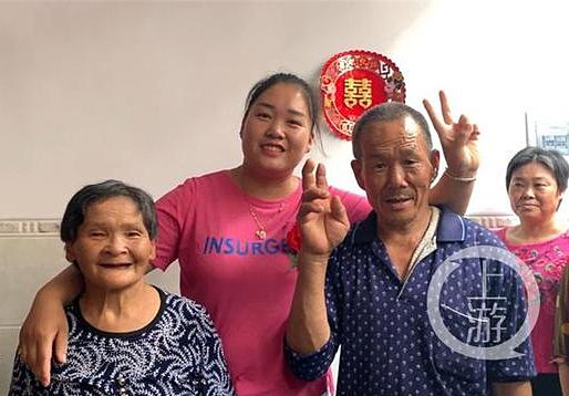 Lanlan ở giữa bố mẹ. Ảnh: Chinanews.