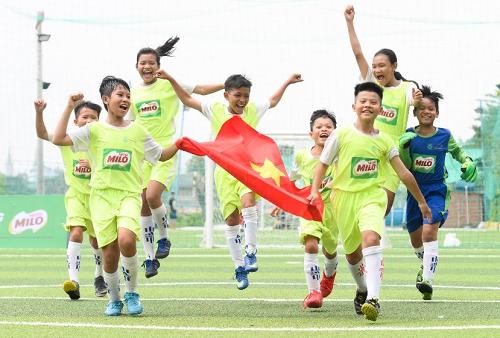 Anh Thư và Thanh Hằng là hai bạn nữ trong đội tuyển tham gia giải đấu Cúp Milo Vô địch Thế giới tại Barcelona.