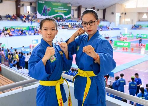 Nguyễn Đoan Trang (bên phải) không cảm thấy bản thân mất đi nét nữ tính mà còn học sự điềm tĩnh, nhu mì, biết đúng sai và cảm thấy bản thân trưởng thành hơn nhiều.
