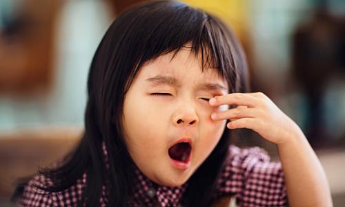 Dậy quá sớm khiến trẻ em có nguy cơ thiếu ngủ. Ảnh: Jooinn.