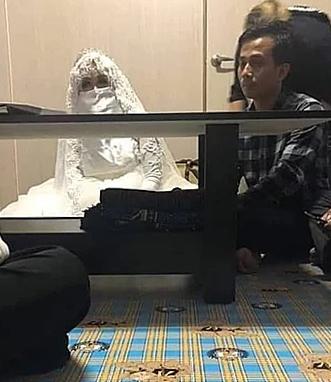 Yusuf trong ngày làm lễ cưới mới biết mặt thật của vợ. Ảnh: Tribunnews.