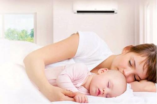 Bảo vệ sức khỏe cho trẻ nhỏ là điều các bà mẹ cần quan tâm trong thời tiết nắng mưa, nhiệt độ thất thường trong mùa hè.