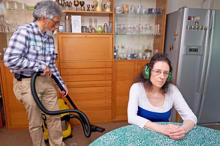 Ông Gary làm hết mọi việc nhà để xóa nỗi sợ hãi tiếng ồn của vợ. Ảnh: Mercury Press.