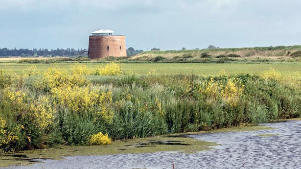 Martello Tower Y là pháo đài nằm trên một bờ biển yên tĩnh của Sussex, Anh, được xây dựng từ thế kỷ 19, một di tích của quân sự nước này.
