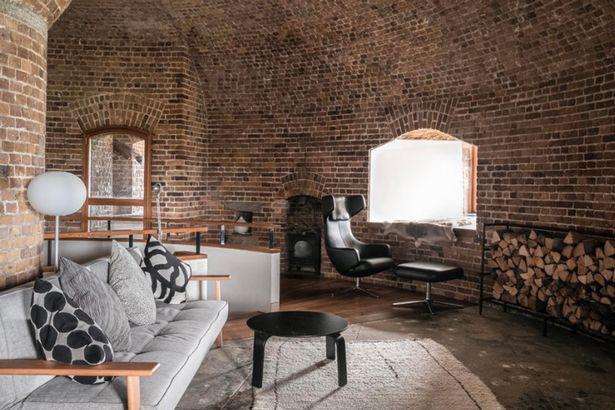 Phòng khách được sưởi ấm bằng một bếp lò. Ba phòng ngủ, hai không gian học tập và hai phòng tắm đều ở tầng trệt.