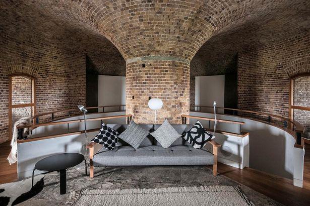 Không gian phòng khách được giới phê bình đánh giá cao. Nhà thiết kế Duncan Jackson cho hay, phần mở rộng của mái nhà chính là nơi thể hiện rõ nhất nghệ thuật điêu khắc củacông trình bằng gạch, hình vòm, tạo nét đồng điệu giữa hiện đại và lịch sử.Ảnh: Rightmove.
