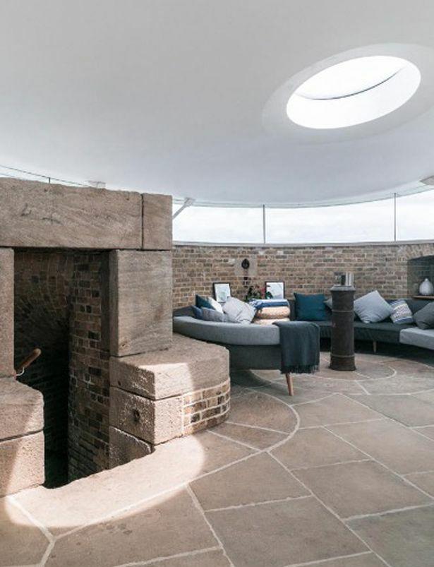 Tầng trên của ngôi nhà mở ra không gian bếp, nơi ăn uống, sinh hoạt chung.Đứng trên sân thượng của pháo đài nhìn ra là một bờ biển dài xinh đẹp.