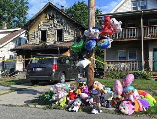 Người dân địa phương đặt bóng bay, gấu bông bên ngoài nhà trẻ Harris Family để tưởng nhớ các em bé đã mất.Ảnh: ENT.