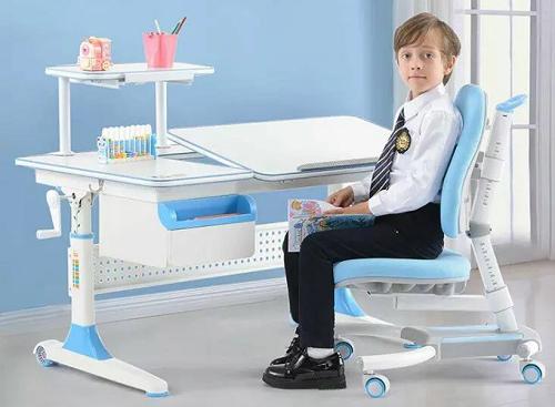 Ghế chống gùIGrow C1 được thiết kế phù hợp với đường cong sinh lý của xương sống, đệm ghế bằng chất liệucao su đúc định hình không bị biến dạng theo thời gian,có thể nâng lên hạ xuống theo chiều cao của bé, chiều cao mặt đệm thay đổi từ 290-460mm tương ứng chiều cao của trẻ từ 1m2 đến 1m8. Chân bánh xe có phanh trọng lực, tự cố định vị trí khi ngồi tránh việc dịch chuyển ghế làm sai tư thế ngồi học. Sản phẩm đang bángiá ưu đãi trên Shop VnExpress, giá gốc 4,3 triệu giảm chỉ còn 3,89 triệu đồng.