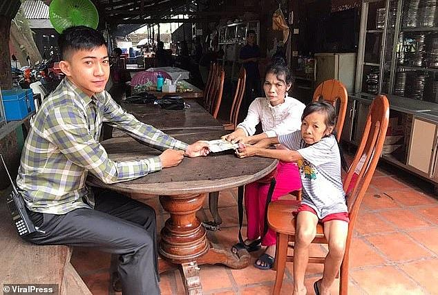 Bo và mẹ bên một nhà báo đến thăm gia đình.Ảnh: Viralpress.