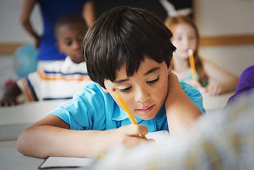 Đứa trẻ ngoan luôn chăm chỉ học hành để làm vừa lòng người lớn. Ảnh: Take Part.