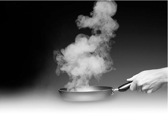 Để dầu bốc khói mới cho thức ăn vào là sai lầm nhiều người mắc. Ảnh:Whatsopp.