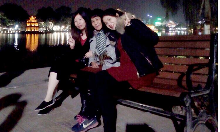 Phượng (trái)và Hoa đón mẹ (giữa) lên nhà mình ở Hà Nội chơi, đưa bà đi thăm quan thủ đô, trước khi mẹ về Trung Quốc. Ảnh: N.Phượng.