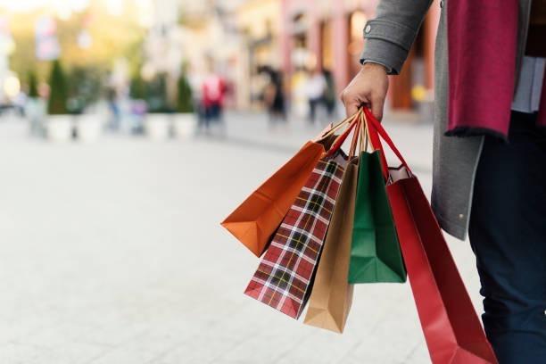 Nghiện mua sắm có thể xảy ra với nam nữ mọi lứa tuổi. Ảnh: whatis.
