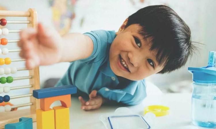Bé 4 tuổi bị 3 trường mẫu giáo đuổi học vì cách dạy sai lầm