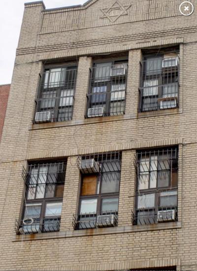 Hàng xóm đếm được có tới 5 chiếc điều hòa trong 3 ôcửa sổ thông thường, gây nghi ngờ là nhà đã bị chia nhỏ thành nhiều phòng. Ảnh: nypost.