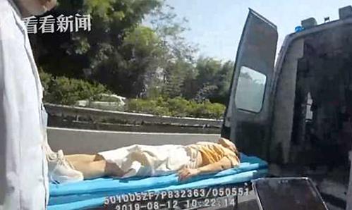 Người phụ nữ được đưa vào viện sau khi mở cửa ngã khỏi xe trên đường cao tốc. Ảnh: wenxuecity.