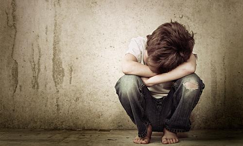 Bị nhốt trong phòng tối để lại cho trẻ nhiều tổn thương tâm lý. Ảnh: Emirates 24/7.