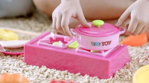 Bộ đồ chơi làm bếp nhiều màu sắc.