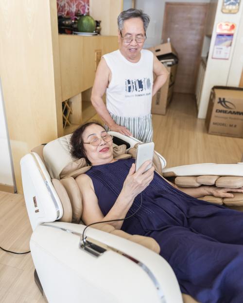 Ghế massage Maxcar có nhiều lợi ích với sức khỏe người cao tuổi.