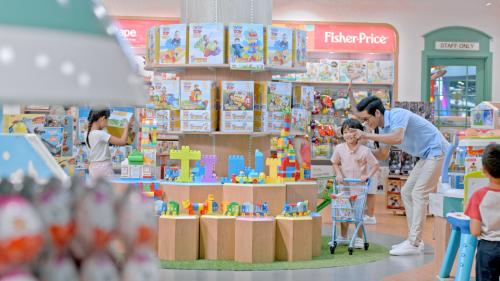 Bố mẹ có thể cùng bé mua sắm đồ chơi, dụng cụ học tập.
