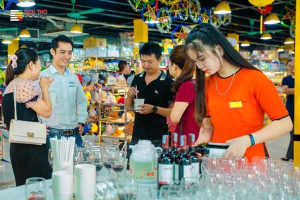Tiến Thọ vừa khai trương nhà sách thứ 3 tại 424 Nguyễn Trãi, Hà Nội với tổng diện tích lên tới 5.000m2. Đây cũng là cơ sở có quy mô lớn nhất trong hệ thống thương hiệu. Nhà sách gồm 3 tầng, tầng 1 là bãi gửi xe, tầng 2 là nhà sách, tầng 3 dành riêng cho khu vui chơi.