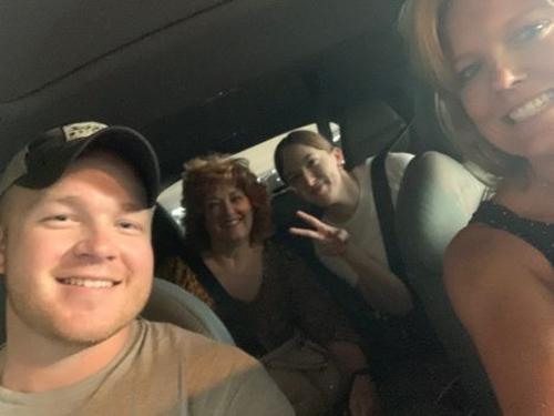 Trên xe, thấy Craven hơi lo lắng, nữ tài xế còn gọi cho bố của mình để truyền đạt kinh nghiệm làm cha cho ông bố trẻ. Ảnh: Insider.