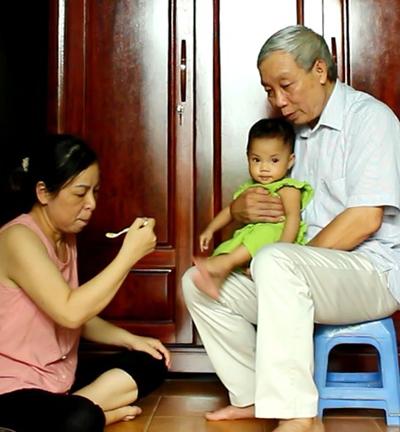 Hàng ngày, bà Khánh nấu bột cho con gái ăn dặm, còn ông Nghĩa chuẩn bị cơm cho 2 vợ chồng, giặt giũ cho cả nhà. Ảnh: Phạm Nga.